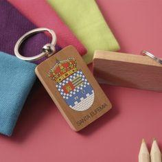 Llavero de madera con escudo de Santa Eufemia a color marcado en digital  #ValleDeLosPedroches http://delospedroches.es/es/de-madera/55-llavero-escudo-santa-eufemia-color-ll29.html