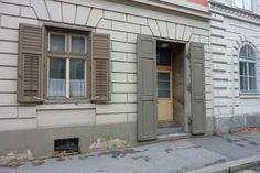 Elisabethstraße 4: eine Tür, mehr war´s oft nicht, was man für eine Tabak-Trafik brauchte. Garage Doors, Outdoor Decor, Home Decor, Display, Graz, Homemade Home Decor, Interior Design, Home Interiors, Decoration Home