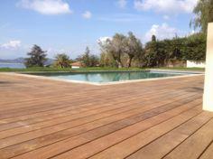 Tour et contour de piscine en bois exotique SIPO ; Réalisation Menuiserie Minier Golfe de St-Tropez.