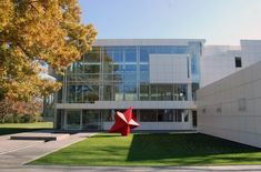 Vast art collector Howard Rachofsky contracted his home to be built by the renowned architect Richard Meier, in Dallas, Texas. Richard Meier, Arch House, Facade House, Beautiful Architecture, Modern Architecture, Exterior Design, Interior And Exterior, Michael Graves, Famous Architects