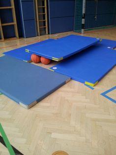 Onderwijs en zo voort ........: 3317. In de gymzaal : Wankel evenwicht op basketballen