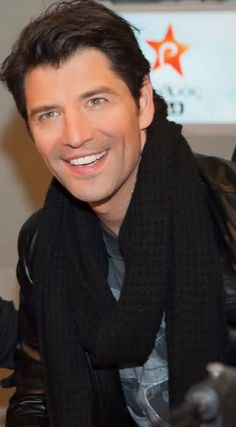 Sakis Rouvas the greek god.I am seriously in love! Gorgeous Men, Beautiful People, Greek Icons, Greek Men, Men Dress Up, Billionaire Life, Greek Music, Famous Singers, Famous Men
