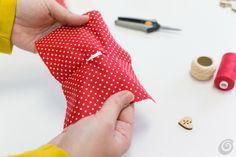 Il cuoricino di stoffa fai da te – Casa e Trend Fabric Hearts, Hanging Hearts, Christmas Makes, Jar Gifts, Sewing Toys, Christmas Projects, Projects To Try, Valentines, How To Make