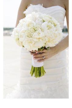 Un bouquet blanc de roses et de pivoines  pinterest mariage