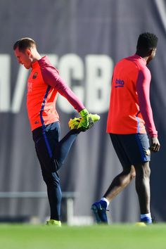 Marc-Andre Ter Stegen Photos - Marc-Andre ter Stegen of FC Barcelona warms up during a training session ahead of their La Liga match between FC Barcelona and Real Madrid on December 2016 in Barcelona, Spain. Barcelona Catalonia, Fc Barcelona, Germany Football Team, Marc Andre, Camp Nou, Real Madrid, December, Training, Sports