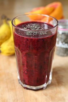 Smoothie din banana, afine si grapefruit se prepara foarte repede si este perfect pentru un mic deju Raw Vegan Recipes, Healthy Recipes, Ginger Juice, Lime Soda, Juice Smoothie, Lemon Lime, Fresh Fruit, Baby Food Recipes, Grapefruit