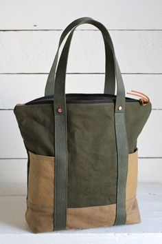 This smart 5 practical convertible leather bag, can be easily carry as a handbag tote on shoulder, crossbody or even backpack. Sacs Tote Bags, Canvas Tote Bags, Reusable Tote Bags, Diy Sac, Utility Tote, Denim Bag, Fabric Bags, Travel Tote, Handmade Bags