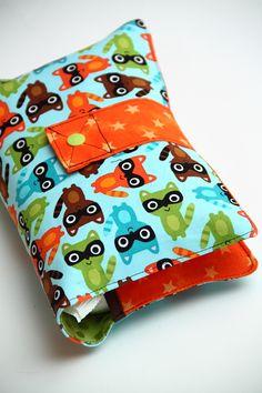 Funda para guardar pañales y toallitas, estupenda para tenerla a mano en el bolso cambiador. Small Sewing Projects, Sewing For Kids, Baby Sewing, Diy For Kids, Sewing Crafts, My Little Baby, Baby Love, Diaper Clutch, Diaper Bag