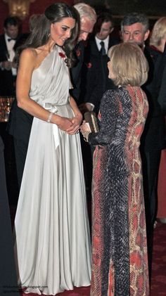The Duchess strikes again! Kate Middleton in Jenny Packham. love anything one shouldered Moda Kate Middleton, Looks Kate Middleton, Estilo Kate Middleton, Kate Middleton Outfits, Kate Middleton Photos, Kate Middleton Height, The Duchess, Duchess Of Cambridge, Princess Kate
