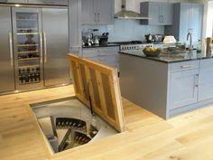 床下に螺旋階段状のワインセラーが埋め込まれたキッチン 扉を開いたところ