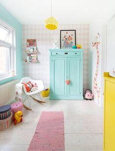 décoration chambre bébé fille - papier peint à losanges roses, peinture bleu pastel et accents jaunes