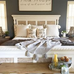 Sunday's are for breakfast in bed... ☀️#sundayhomeinspo #letsstayinbed #bedroom #farmhouse #modernfarmhouse #design #interiordesign #countrylivingmag #homedecor #cozy #seasonalsundays #calmsimplesundays #hayneedlehome