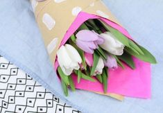 DIY Deko: Schnell und einfach Papierblumen basteln Napkins, Tableware, Christmas, Post, Tags, Decoration, Diy, Paper Bouquet Diy, Wine Bottles