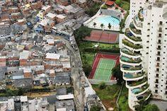 Rich vs poor image of Sao Paulo;s Paraisopólis (Paradise City) Favelas Brazil, Rich Vs Poor, Paradise City, My Pool, Le Palais, Belle Photo, Cool Pictures, Amazing Photos, Funny Pictures