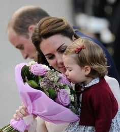 Didn't think the Cambridge family could get any cuter? Then take a look at these pictures of Kate Middleton, Wills, Prince George and Princess Charlotte. Kate Middleton Et William, William Y Kate, Kate Middleton Stil, Princesse Kate Middleton, Prince William And Catherine, Princesa Diana, Princesa Real, Royal Princess, Prince And Princess