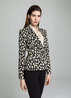 Der extravagante Charme dieses Blazers wird Sie nicht mehr loslassen. Der feine Jacquard, in floraler Musterung, überzeugt durch die raffinierten Lance´-Effekte mit goldenem Lurexgarn. Shoppen, anziehen, ausgehen by Elégance Paris!