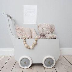 Cutest doll stroller with teddy and Cam Cam doll Bedlinen of course  thank you for this cute styling @baravickan  #dollplay #dukkeleg #dollstroller #dollspram #dollbedlinen #kidsroom #kidsinspo #barnrumsinspo