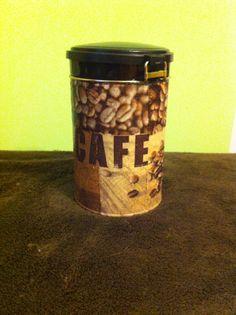 Puszka po kawie, ozdobiona metoda serwetkową (deqoupage).