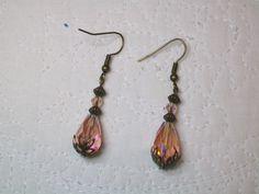 Boucles d'oreilles bronze perles de verre gouttes à facettes et toupies rose fait main  http://cathycreations.alittlemarket.com/