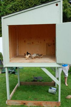Chicken Coop Big, Cheap Strong Want to raise a lot of chickens? Here is a super sturdy chicken coop for a great DIY project. Chicken Coop Designs, Chicken Coop Decor, Cheap Chicken Coops, Small Chicken Coops, Diy Chicken Coop Plans, Portable Chicken Coop, Backyard Chicken Coops, Building A Chicken Coop, Chickens Backyard
