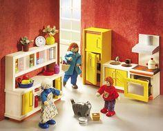"""SE4365 Selecta Ambiente Puppenhaus-Küche  Eine moderne Küche, wo gerne gekocht wird um Familie und Freunde zu verwöhnen. Mit Cerankochfeld, ausziehbarem Backofen, Dunstabzugshaube in Edelstahl-Optik, Anrichte mit Milchglas-Optik, frei stehendem Kühlschrank.  Inhalt: Kühlschrank, 1 Herd mit Dunstabzugshaube, 1 Spüle mit Unterschrank, 1 Unterschrank mit Regalaufsatz.  Ab 4 Jahren.  Ausgezeichnet mit """"spielgut"""". 34,95€"""