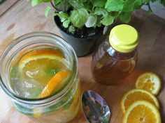 Iced Tangerine Mint Green Tea - boost metabolism to help w/ weight loss. Iced Tangerine Mint Green Tea organic green tea bags tangerine, sliced ~fresh mint leaves ~honey to taste ~water, just boiling ~ice Yummy Drinks, Healthy Drinks, Get Healthy, Yummy Food, Healthy Recipes, Detox Drinks, Healthy Snacks, Detox Recipes, Yummy Eats