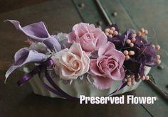 紫のカラーとピンクのローズを上品にアレンジしました。br> 贈り物やインテリアに最適です。 高さ 約9センチ × 横幅 約18センチ &ti...|ハンドメイド、手作り、手仕事品の通販・販売・購入ならCreema。