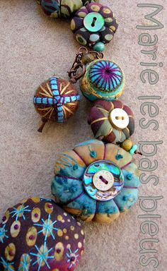 Beautiful puffy, wrapped fabric pillow beads. Source web site is in French.