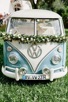 Originelle Landhaushochzeit mit VW Bulli (The Little Wedding Corner) – Barbara Jones Wedding Trends, Wedding Blog, Dream Wedding, Wedding Cars, Kombi Hippie, Auto Party, Bodas Boho Chic, Wedding Car Decorations, Bmw Autos