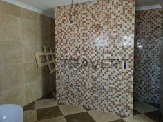 Stena kúpeľne z mix mozaiky traverínu ivory a noce 5×5 cm | Travert s.r.o. http://travert.sk/referencia/mozaika-mix-travertin-noce-ivory-5-x-5cm