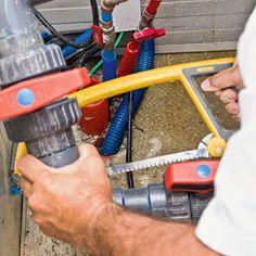 Découper les tuyaux à l'endroit où les raccords en T doivent être installés. Pac Piscine, Tube Pvc, Local Technique, Nerf, Heat Pump System, Gate Valve