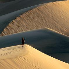 Hiking on Death Valley Sand Dunes at Sunset | par Rob Kroenert