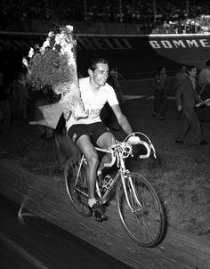 IlPost - Fausto Coppi corre nel velodromo Vigorelli a Milano dopo aver vinto il suo quarto Giro, 8 giugno 1952. (AP Photo) - Fausto Coppi corre nel velodromo Vigorelli a Milano dopo aver vinto il suo quarto Giro, 8 giugno 1952. (AP Photo)