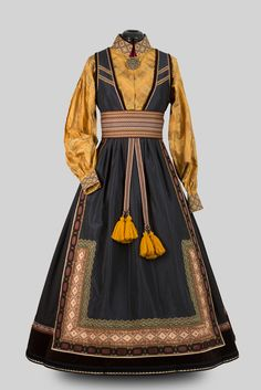 Beltestakk Historical Costume, Historical Clothing, Folk Clothing, Cool Outfits, Fashion Outfits, Folk Costume, Character Outfits, Traditional Dresses, Costume Design