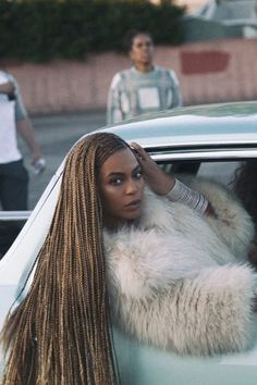 Beyonce is an American music diva, who has started her career with Destiny's Child but went on solo. She is at the top of pop culture and she is certainly one o Estilo Beyonce, Beyonce Style, Beyonce And Jay, Beyonce Knowles, Divas, Beyonce Braids, Beyonce Lemonade Braids, Box Braids Hairstyles, Beyonce Hairstyles