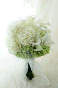 八芳園さまへお届けした白だけのブーケ。花はカラーとトルコキキョウの八重、そしてアジサイです。ほんの少し裾にアジサイのグリーンが入っています。お届したアシス...