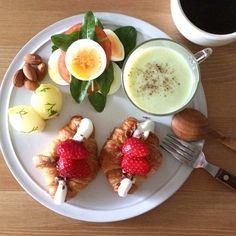 Instagram media keiyamazaki - Today's breakfast. Strawberries, Chocolate and Marshmallows Croissant Sandwich. いちごとチョコ、マシュマロのサンド。最近朝から晩まで甘いものが食べたくなる。。スープはキャベツ。