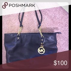 MK purse/bag! MAKE AN OFFER💕 🚭 All items are from a non-smoking home. 👆🏻Item is as described, feel free to ask questions. 📦 I am a fast shipper with excellent ratings. 👗I am open to offers. 😍 Like this item? Check out the rest of my closet! 💖 Thanks for looking! Michael Kors Bags