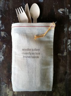wooden cutlery in a cloth bag.  With text.  Aaaaaand text in French.  Colour me covetous!