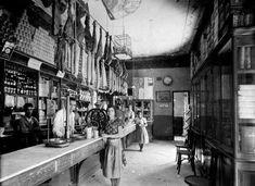 En el Museo de la Tapa de Cosasdecome hemos abierto una nueva sala de exposición dedicada a fotos antiguas de establecimientos. Esta es de 1910 y pertenece al ultramarinos La Argentina de El Puerto de Santa María. También tenemos otra de la Venta PInto de los años 60. Poco a poco el museo irá creciendo. Esperamos vuestras aportaciones. Pincha en el enlace para visitar el Museo de la Tapa de Cosasdecome. http://www.cosasdecome.es/category/el-museo-de-la-tapa/