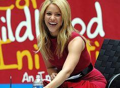 Shakira no solo es una mega estrella, es también una mega mujer que busca ayudar a los demás, sobre todo a la niñez, definitivamente la filantropía es el look que le queda mejor!