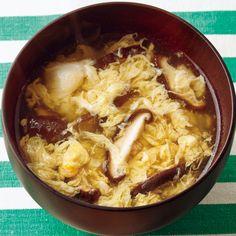 片栗粉のとろみで卵がふわっと「しいたけかきたま汁」のレシピです。プロの料理家・市瀬悦子さんによる、しいたけ、卵などを使った、1人分53Kcalの料理レシピです。