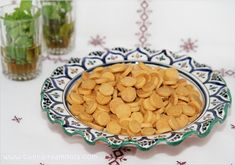 Assalamo Alaykom, Bonjour à tous, * Ingrédients: - 60g de beurre - 250g de farine - 1 oeuf - 3 portions de fromage la vache qui rit - 50g de fromage râpé - sel - 2 càs d'huile d'olive - Une bonne càc de sauce picante - 3 cl d'eau * Préparation: - Dans...