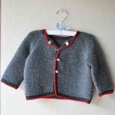 Jersey austriaco de bebé de lana gris con borde rojo hecho a mano #babyfashion #modabebe #hechoamano #handmade