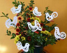 displaying/using kirigami Diy Paper, Paper Art, Paper Crafts, Kirigami, Christmas Bird, Christmas Ornaments, Bird Crafts, Paper Goods, Paper Cutting