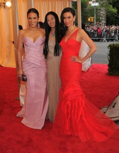 Paula Patton, Vera Wang and Wendi Deng in seen in Vera Wang at fashions biggest night of the year the Met Gala in New York City on Monday, May We love these long classic monochrome dresses with beautiful shape and structure. Vera Wang Gowns, Vestidos Color Rosa, Met Gala Red Carpet, Paula Patton, Costume Institute, Celebrity Look, Celeb Style, Red Carpet Looks, Red Carpet Fashion