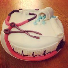Hoitsun valmistujaiskakku! #sairaanhoitaja#valmistujaiset#kakku#täytekakku#mansikkamoussea#suklaapohja#graduation#cake#nurse#diy#onnea! #jenandnellys