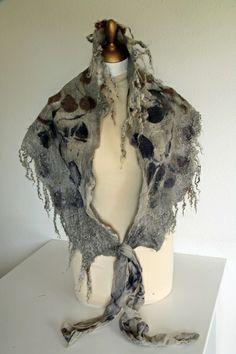 Schal Schultertuch gefilzt mit Eco Print von Wolllinchens Wollshop auf DaWanda.com