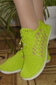 These lime green flats! Crochet Shoes Pattern, Crochet Boots, Shoe Pattern, Crochet Slippers, Crochet Clothes, Crochet Lace, Knitting Socks, Baby Knitting, Trendy Womens Shoes