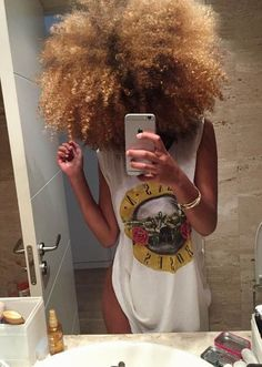 Many African-American women are looking for the best natural short hair styles. Check out the 60 most popular Afro hairstyles for natural hair. Cabello Afro Natural, Pelo Natural, Natural Hair Tips, Natural Hair Journey, Natural Hair Styles, Colored Natural Hair, Blonde Natural Hair, Au Natural, Natural Beauty